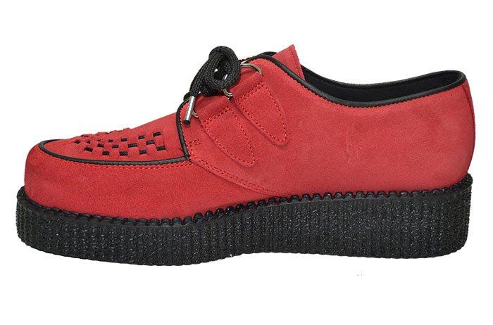 Sapato creeper, com cordão e entrelaçado.